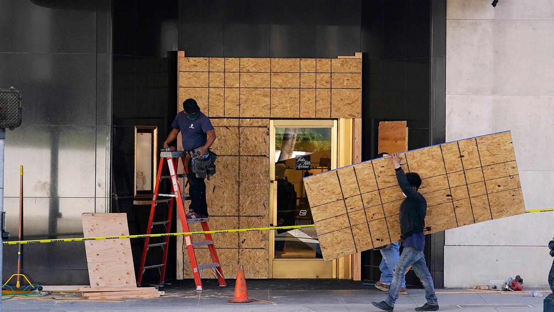 Mỹ đón ngày bầu cử với loạt cửa hiệu 'kín cổng cao tường'