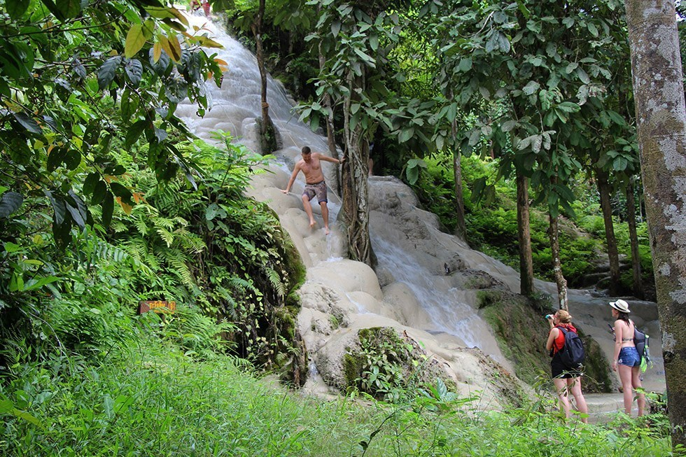 Tay không leo thác nước thẳng đứng ở Thái Lan