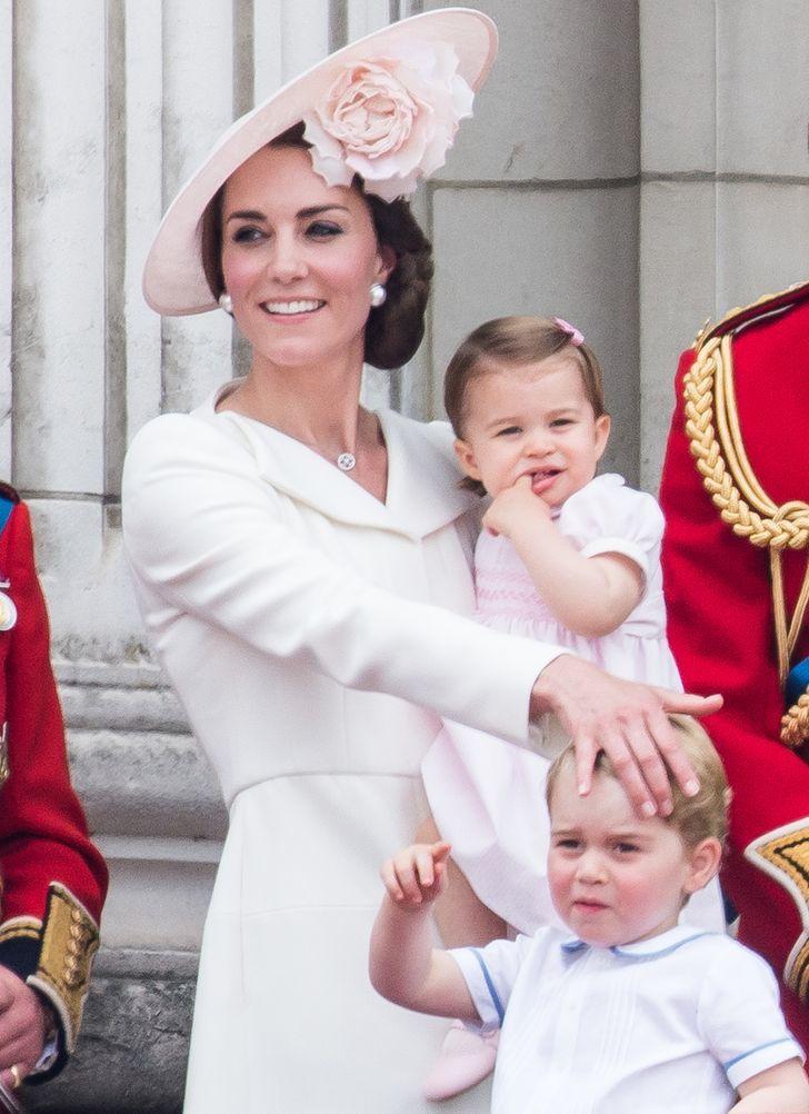 Học cách công nương Kate Middleton xoa dịu cơn giận dữ của con nơi đông người