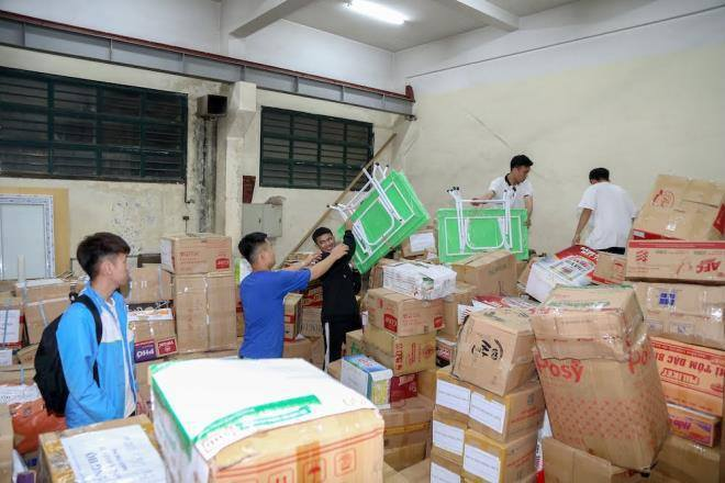 Gửi hàng nghìn bộ SGK, vở viết cho học sinh miền Trung