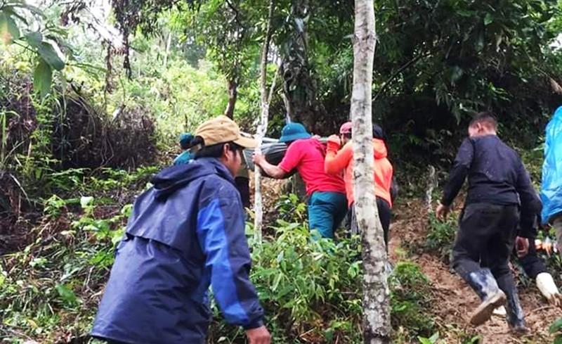 Bản làng bị cô lập, người dân hò nhau khiêng sản phụ vượt 20km đường rừng đến bệnh viện cấp cứu trong mưa lớn