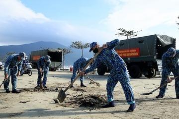Hải quân miền Trung giúp đỡ nhân dân khắc phục hậu quả bão số 9
