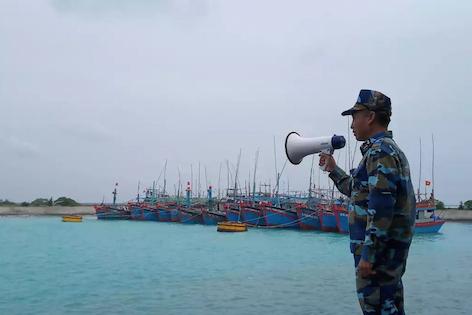 Quân đội hỗ trợ tàu cá trú tránh an toàn trong bão số 9
