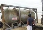 Chưa xác định được nguồn gốc bồn hóa chất in chữ Trung Quốc dạt vào bờ biển Quảng Nam
