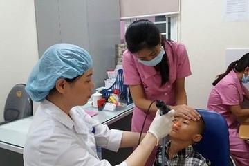 Bé 11 tháng tuổi ngộ độc thuốc nhỏ mũi: Chuyên gia nói gì?