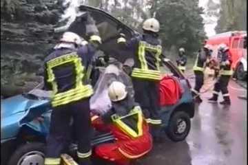Trung Quốc: Bị xe bồn 'cán phẳng', tài xế xe minibus thoát chết ngỡ ngàng