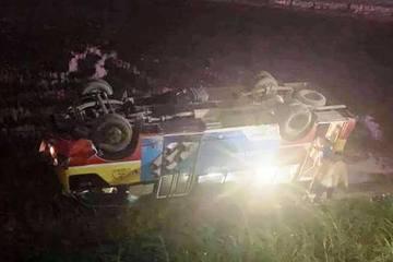 Nghệ An: Tông phải trâu, xe buýt chở khoảng 10 người lật nhào xuống ruộng