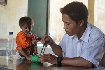 Bộ trưởng Phùng Xuân Nhạ chia buồn với gia đình cậu học trò tí hon K'rể