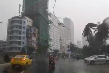 Bão số 12 'càn quét' đất liền, mưa lớn, cây đổ la liệt, nhiều nơi mất điện, bị nước lũ chia cắt