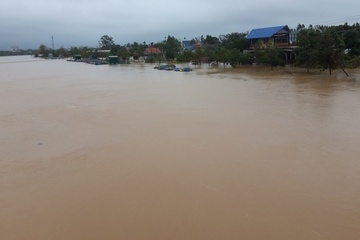 Thừa Thiên Huế: Mưa lớn, nước lũ 'bủa vây', nhiều huyện ngập sâu
