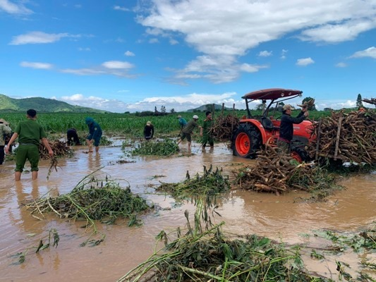 Công an giúp dân tránh lũ, dựng lại nhà: Những hình ảnh ấm lòng từ vùng lũ