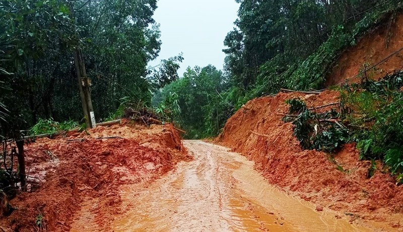 Liên tiếp sạt lở ở Quảng Nam: Đang tìm người mất tích lại hốt hoảng thấy đất đá ào ào đổ xuống