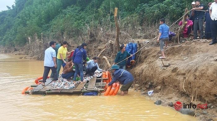 Quảng Trị: Phó Chủ tịch xã cả tháng túc trực kéo bè đưa người và hàng hóa cứu trợ
