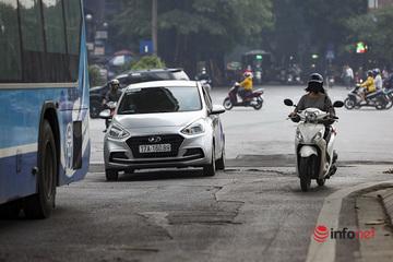 Hà Nội: 'Trận địa' ổ gà, nắp cống dày đặc trên đường Cầu Giấy, sơ sẩy là 'dính' tai nạn