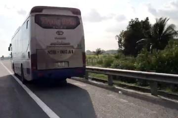 Hú hồn xe giường nằm lao vun vút, liên tục vượt ở làn đường dừng khẩn cấp trên cao tốc