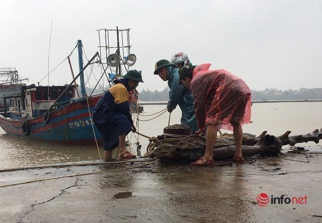 Người dân miền Trung gia cố nhà cửa, sơ tán đến nơi an toàn trước khi bão số 13 đổ bộ vào đất liền
