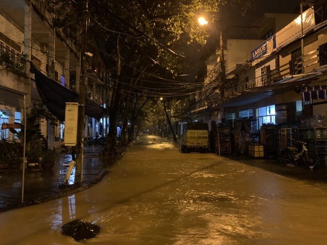 Lần đầu thấy cảnh nước sông Hàn dâng cao tràn lên đường