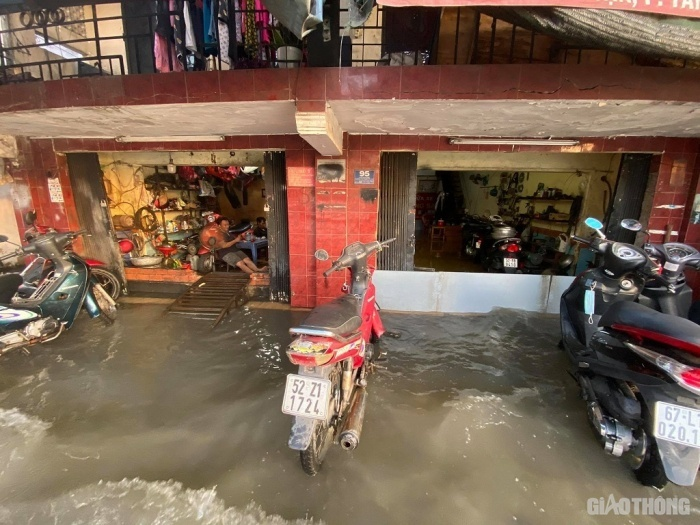 TP.HCM: Triều cường đạt đỉnh, người dân vật vã lội 'biển nước' về nhà