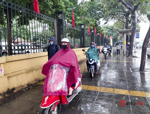 Hà Nội mưa lạnh đầu tuần, xe máy, ô tô chen chúc khắp các ngả đường