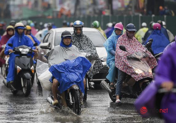 Bắc Bộ mưa lớn từ chiều nay đến hết ngày mai, Nam Bộ nắng nóng