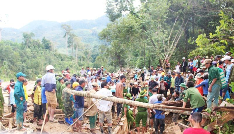 'Thót tim' hình ảnh bộ đội đu dây qua sông tìm kiếm người mất tích