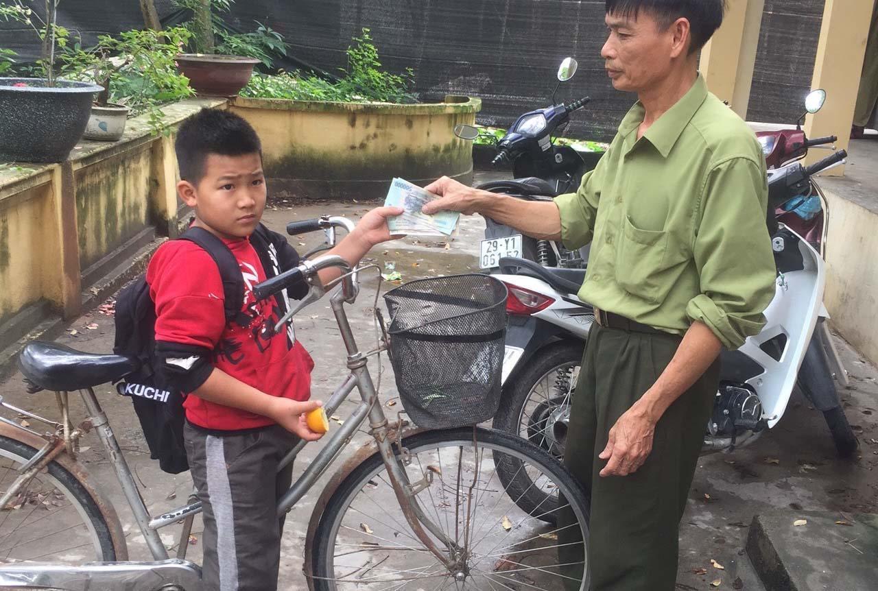 Học sinh lớp 4 nhặt được tiền rơi, đạp xe hơn 1km tới gửi công an
