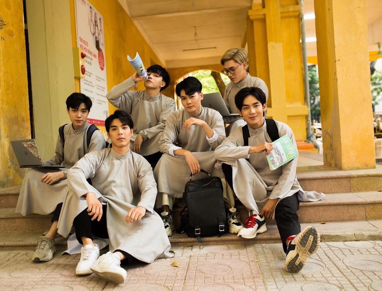 Dàn trai đẹp trường THPT Phan Đình Phùng mặc áo dài gây 'bão' mạng xã hội