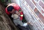 Trung Quốc: Giải cứu cụ ông rơi xuống khe tường chỉ rộng 20 cm