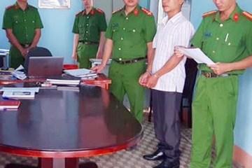 Gia Lai: Bắt 2 cán bộ xã nhận hối lộ để bỏ qua cho lâm tặc