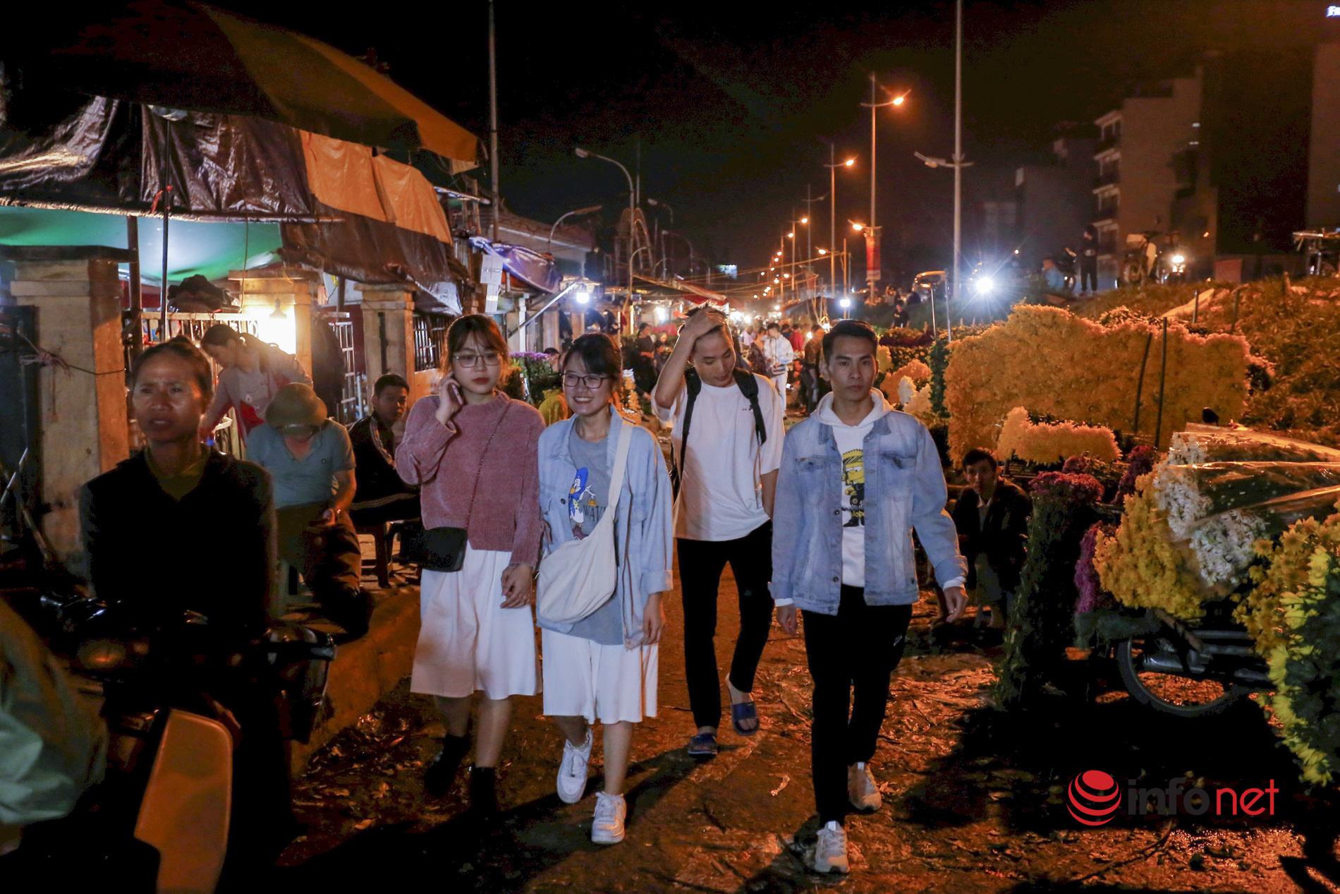 Chợ hoa đêm Quảng An nhộn nhịp dịp 20/11