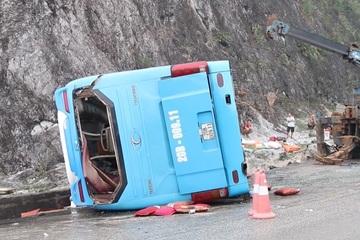 Hình ảnh hiện trường vụ lật xe giường nằm 12 người thương vong ở Hòa Bình