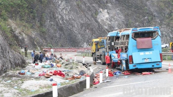 hiện trường vụ tai nạn xe khách ở Hòa Bình