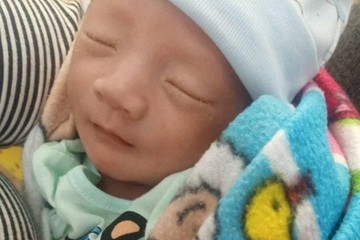 Hà Tĩnh: Bé trai sơ sinh kháu khỉnh bị bỏ trước cổng nhà dân lúc nửa đêm