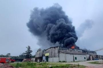 Kho hàng gần 1.000m2 ở Nghệ An bốc cháy ngùn ngụt lúc sáng sớm