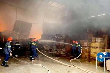 Nghệ An: Kho chứa hàng hoá gần 1.000m2 bị thiêu rụi