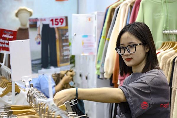 'Giảm giá kịch sàn' quanh năm, trước ngày Black Friday, cửa hàng thời trang vắng hiu hắt