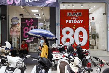 """""""Giảm giá kịch sàn"""" quanh năm, trước ngày Black Friday, cửa hàng thời trang vắng hiu hắt"""