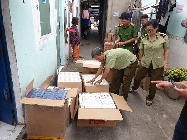 Phát hiện, xử lý một tụ điểm tàng trữ trên 10.000 bao thuốc lá nhập lậu