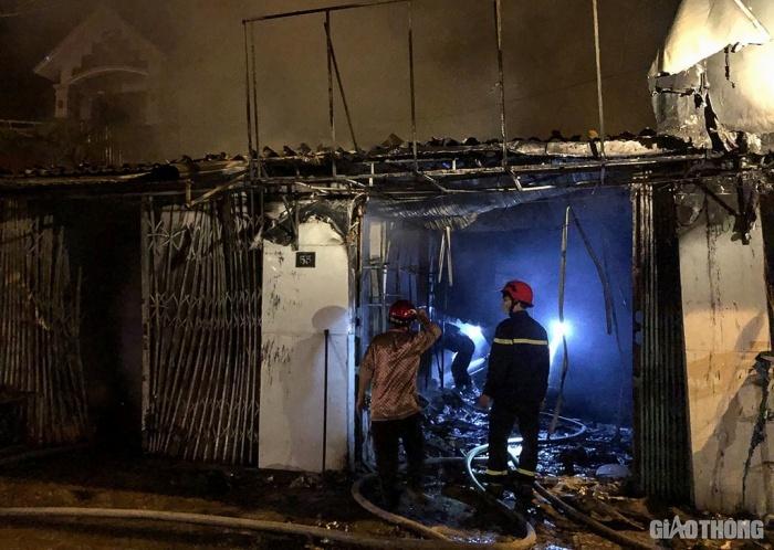 Hà Tĩnh: Nhà cháy dữ dội lúc nửa đêm, 4 người mắc kẹt hốt hoảng