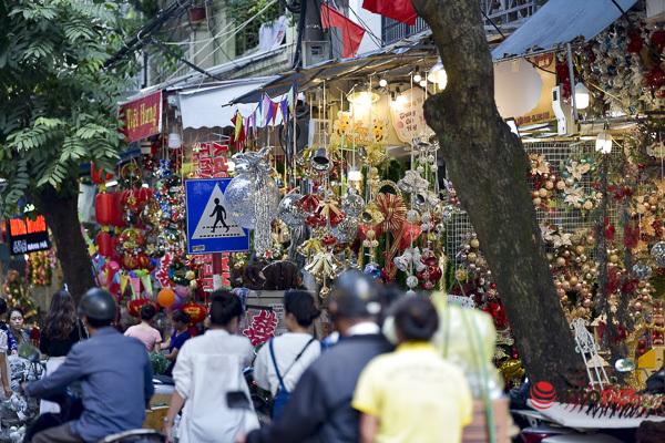 Hà Nội: Phố Hàng Mã 'thay áo' đón Giáng sinh