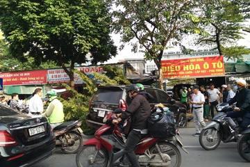 """Va chạm với xe máy, xe ô tô Lexus """"hạ"""" đổ gốc cây trên đường phố Hà Nội"""