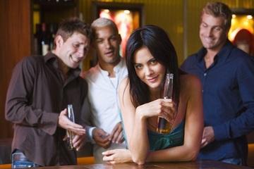 """5 người đàn ông """"dùng"""" chung tiếp viên rượu và cái kết không thể phũ hơn"""