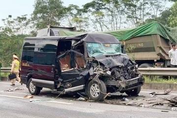 Xe Limousine tông đuôi ô tô đầu kéo, 3 người gẫy chân, nhiều người bị thương