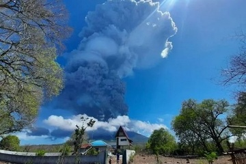 Núi lửa ở Indonesia 'thức giấc', cột tro bụi cao đến 4 km