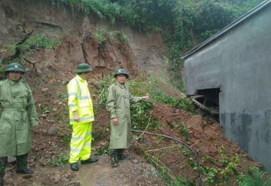 Đắk Lắk: Lở núi sập tường nhà dân, nhiều hộ phải di dời khẩn cấp