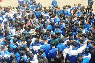 Khoảnh khắc 1.000 học sinh Nghệ An ôm nhau khóc giữa sân trường