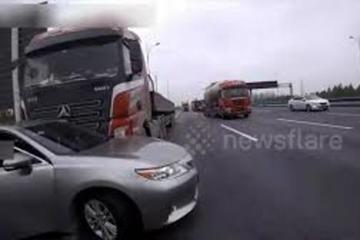 Trung Quốc: Cả gia đình trên ô tô con sống sót khi bị xe tải kéo lê trên quốc lộ