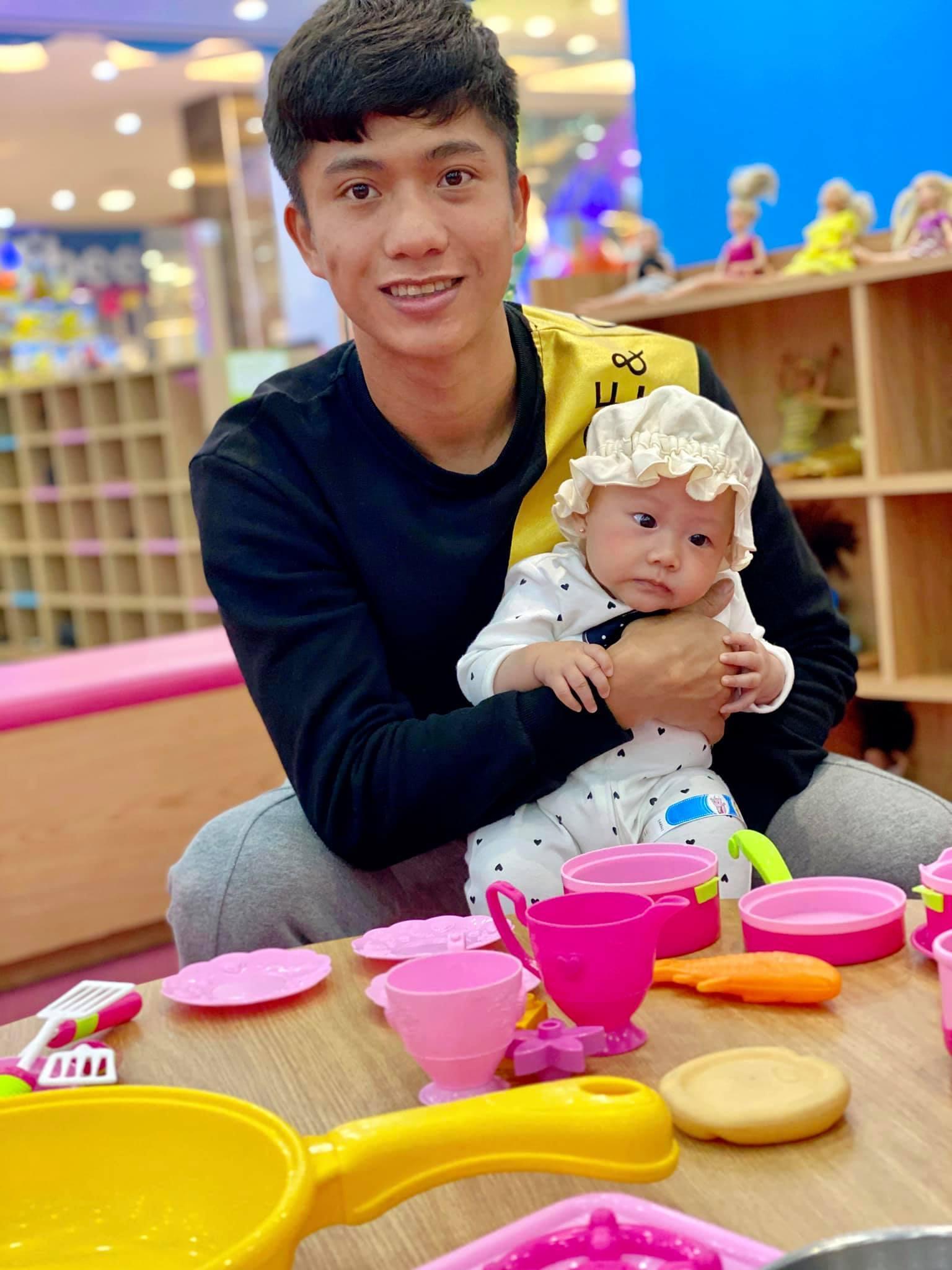 """'Anh chồng quốc dân"""" Phan Văn Đức bị vợ trừ 2 điểm vì ham chơi game"""