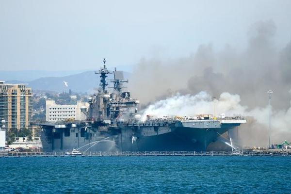 Quá tốn kém, Mỹ bỏ luôn tàu chiến bị cháy khỏi cần sửa chữa
