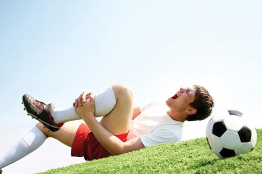Suýt liệt người sau cú đánh đầu, 'bí kíp' an toàn khi chơi thể thao